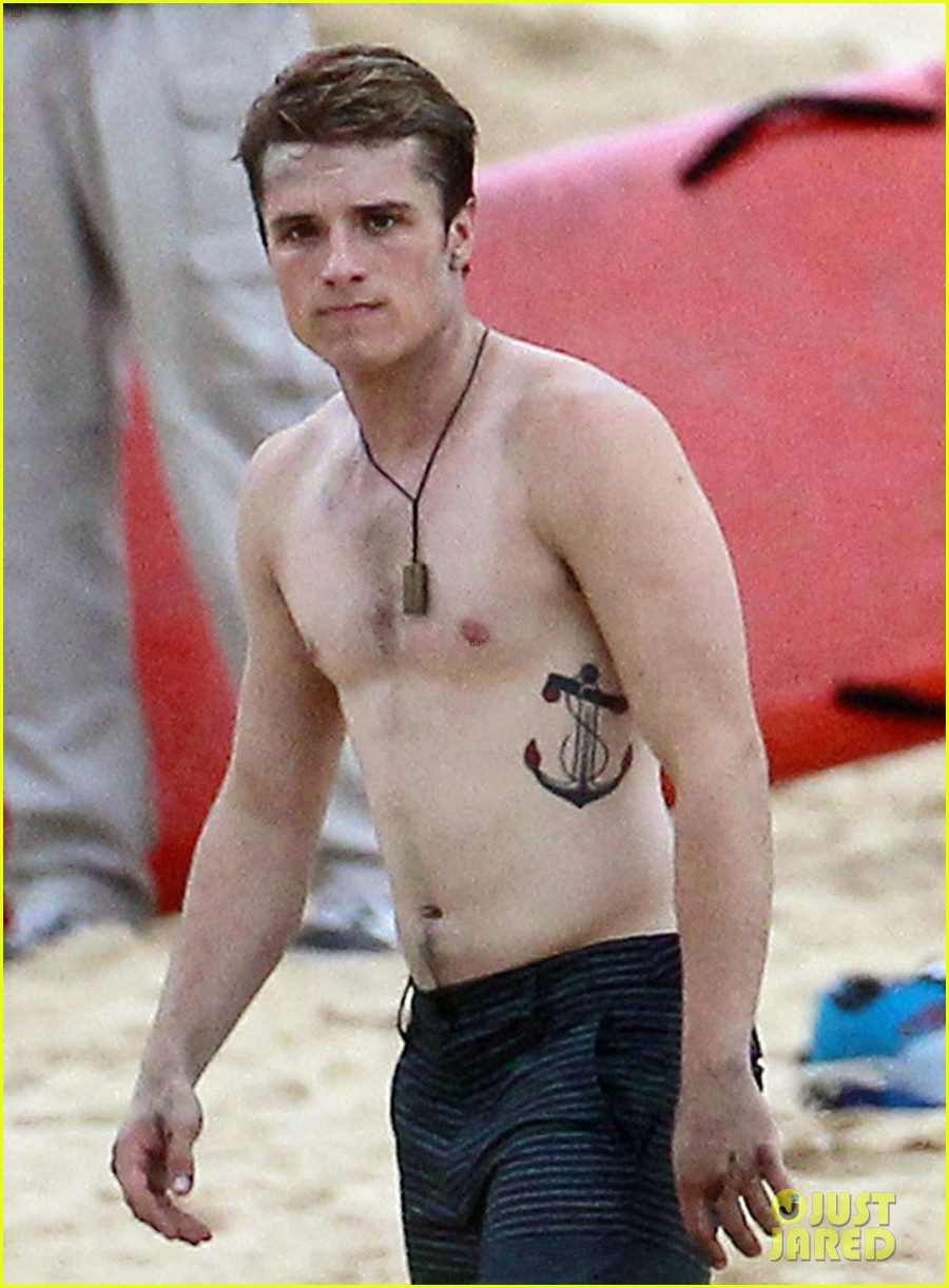 josh-hutcherson-shirtless-frisbee-06