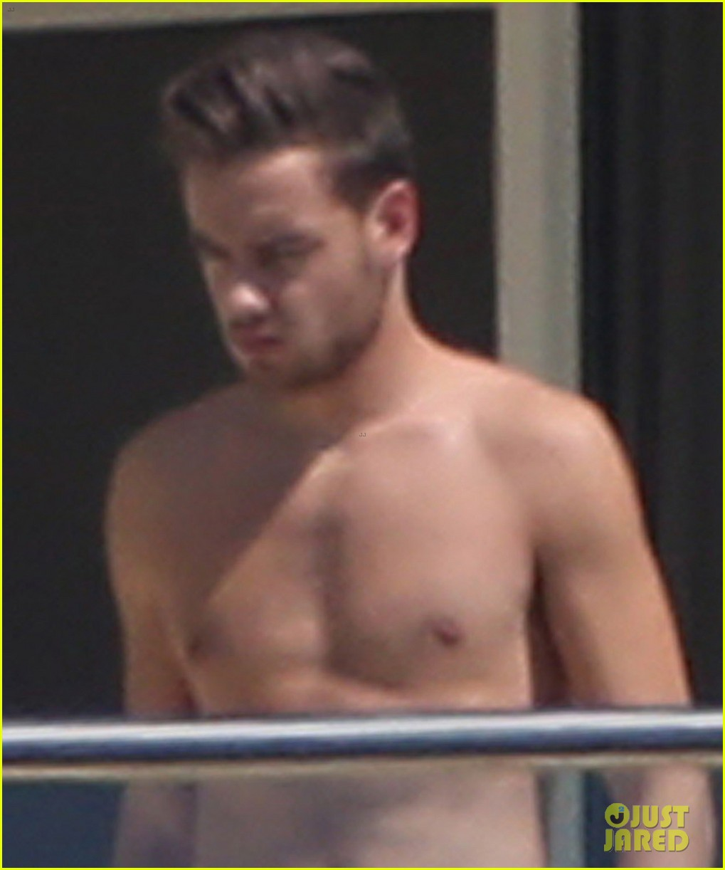 liam-payne-wears-underwear-super-low-on-hotel-balcony-02