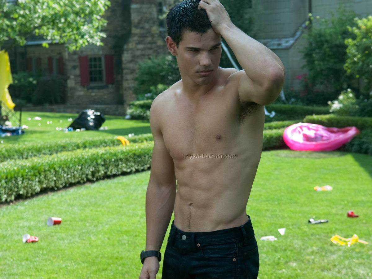 WE LOVE HOT GUYS: Taylor Lautner Shirtless in Twilight